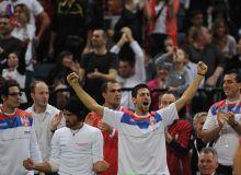 Novak Djokovic se bucura impreuna cu restul echipei / mediafaxfoto.ro