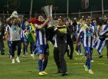 Cristi Sapunaru cu trofeul Europa League si cu steagul Romaniei/news.yahoo.com