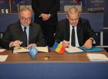 Documentul a fost semnat de seful ESA, Jean-Jacques Dordain (stanga), si cel al ROSA, Marius Ioan Piso.