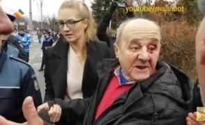 Detalii NEŞTIUTE: Cine este bătrânul BĂTUT de protestatarii din Piaţa Victoriei