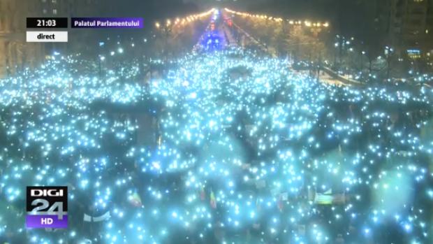 Moment simbolic în fața Parlamentului: Zeci de mii de protestatari au aprins lanternele