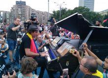 galerie-foto-concertul-de-pian-al-muzicianului-daide-martello-in-piata-victoriei-18630671.jpg