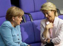 Bundesregierung-Bundeskanzlerin-Angela-Merkel-CDU-l-unterhaelt-sich-im-Bundestag-mit-Bundesarbeitsministerin-Ursula-von-der-Leyen-CDU-.jpg