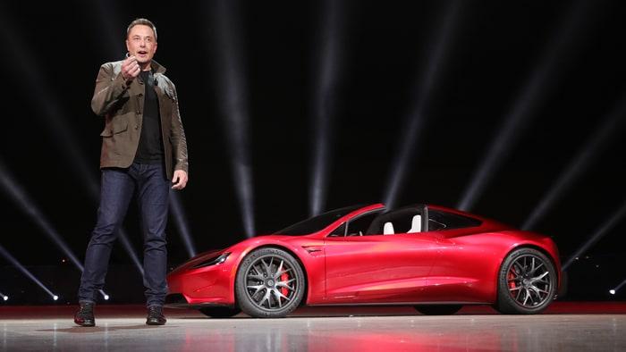 Elon Musk vrea să-și trimită în spațiu mașina Tesla decapotabilă