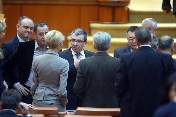 Deputații Opoziției au încercat să blocheze dezbaterea în plen a unor proiecte