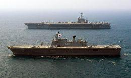 Portelicopterul coreean Dokdo impreuna cu portavionul USS George Washington.