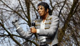 Statuia lui Michael Jackson in fata