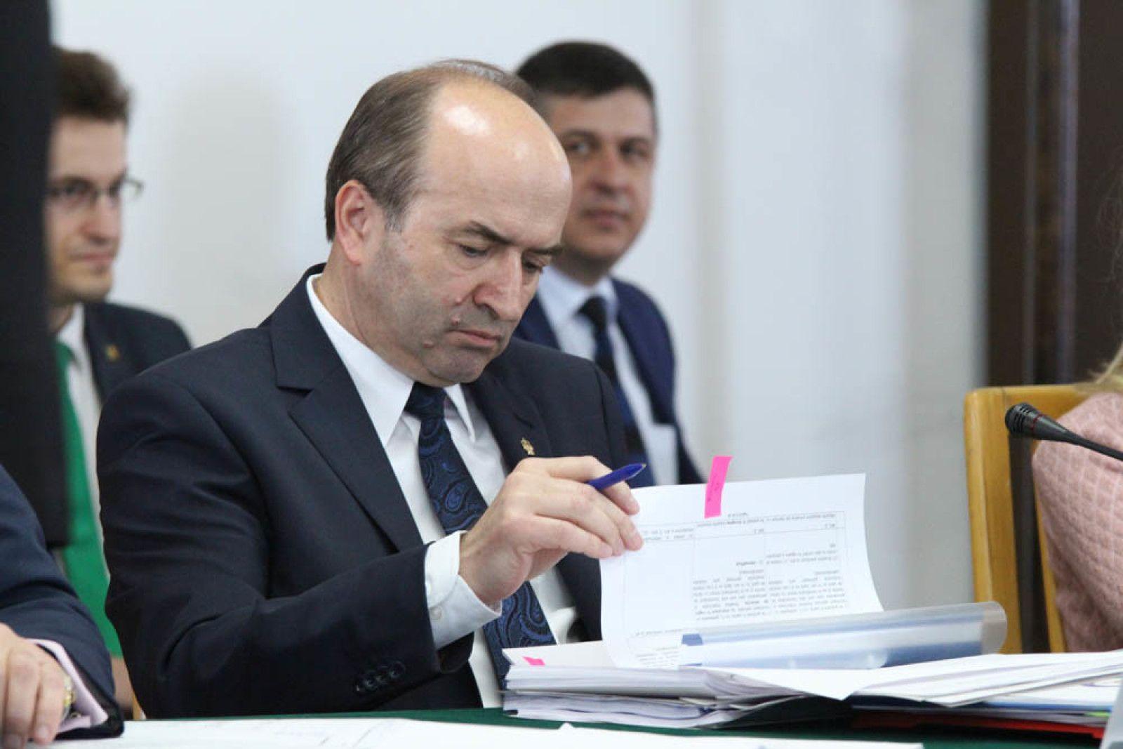 Ministrul Justiției, Tudorel Toader acuzat că `a tras sfori` pentru fiul său
